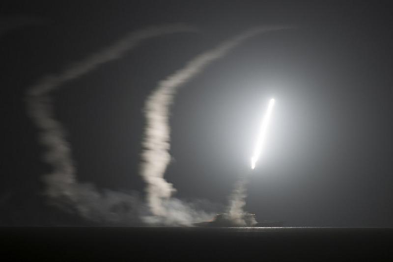Ракетный крейсер USS Philippine Sea (CG-58) запускает ракеты по Афганистану.
