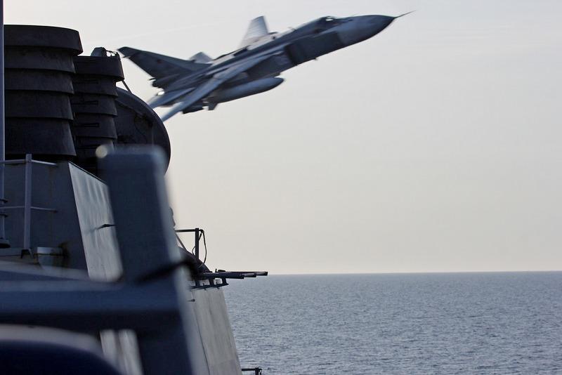 Су-24 облетает эсминец Donald Cook.
