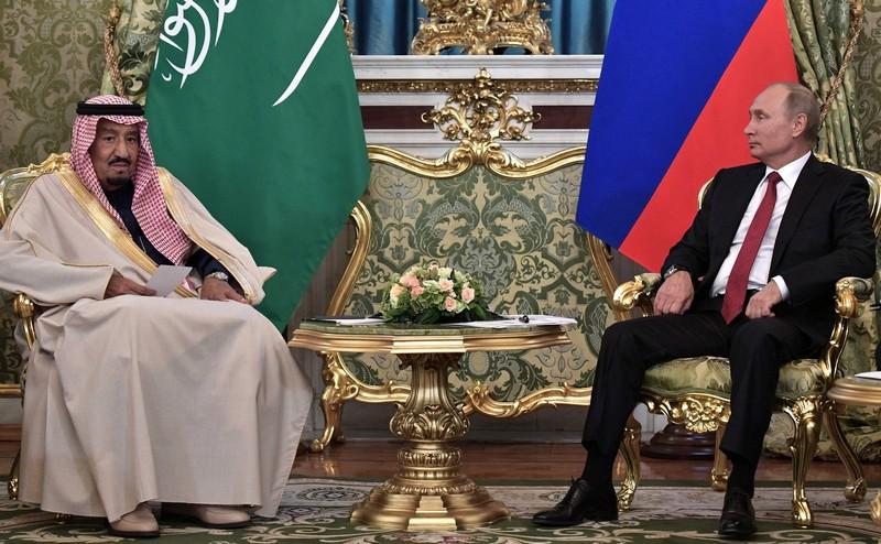 Президент России Владимир Путин и король Саудовской Аравии Сальман бен Абдель Азиз Аль-Сауд