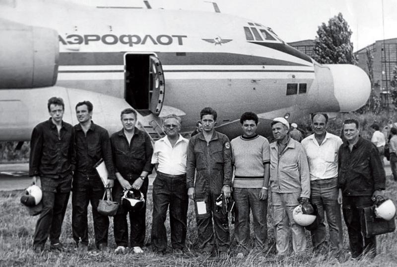Экипаж и специалисты у ЛЛ1А2 после выполнения 1-го испытательного полета