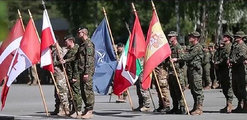 Смотр войск НАТО на учениях в Латвии