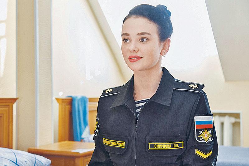 ispolzovaniem-svyazannie-devushki-v-voennoy-forme