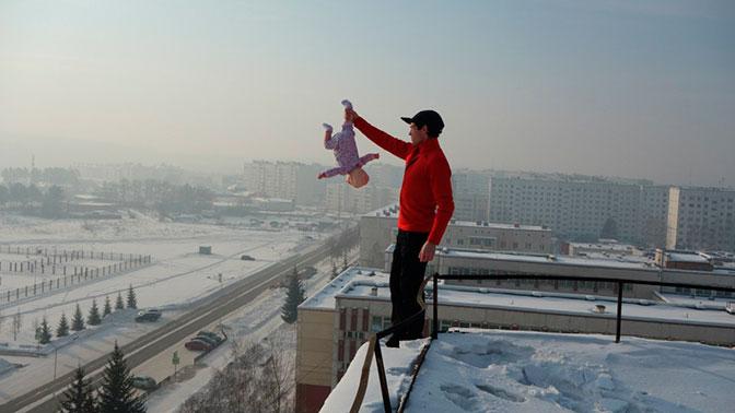 Полиция Красноярска нашла мужчину, свесившего младенца измашины